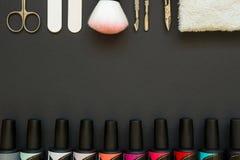 Manicurehulpmiddelen en poetsmiddel op de donkere achtergrond Royalty-vrije Stock Afbeeldingen