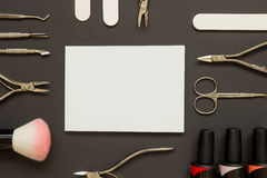 Manicurehulpmiddelen en poetsmiddel op de donkere achtergrond Stock Foto's