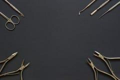 Manicurehulpmiddelen op de donkere achtergrond Stock Fotografie