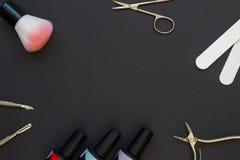 Manicurehulpmiddelen op de donkere achtergrond Stock Afbeeldingen