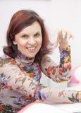 Manicuren som är processaa på kvinnligt, räcker Arkivbild