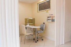 Manicureruimte in het binnenland van de schoonheidssalon Stock Afbeeldingen