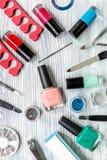 Manicurevoorbereiding met nagellakflessen wordt geplaatst op grijze hoogste mening die als achtergrond stock foto