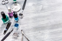 Manicurevoorbereiding met nagellakflessen wordt geplaatst op grijze ruimte als achtergrond voor tekst die royalty-vrije stock fotografie