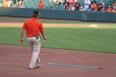 Manicuring el campo de béisbol Foto de archivo libre de regalías