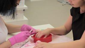 Manicurist и клиент во время маникюра в салоне видеоматериал