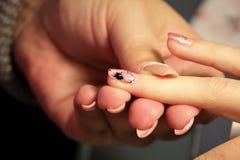Manicurist на курсах подготовки маникюра прикладывает раковину геля цвета золото цвета розовое образование колодцев с тонким стоковые изображения