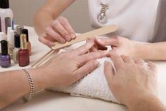 manicurist опиловки пригвождает womans Стоковое Фото