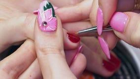 Manicurist чувствительно красит ногти с очень тонкой щеткой акции видеоматериалы