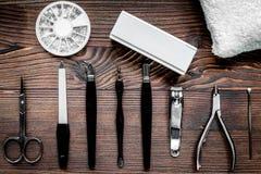 Manicurzysta praca z manicure'u setem dla ręk dba drewnianego backgrou Zdjęcie Stock