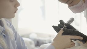 Manicurzysta robi narzędzia robić manikiur dla młodej kobiety w piękno salonie zdjęcie wideo