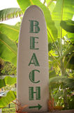 Manier aan het Teken van het Strand op de Raad van de Branding met Palmen Stock Foto