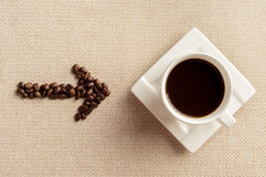 Manier aan koffie, Kop koffie en koffiebonen Stock Foto