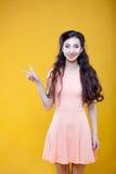 Manier Aziatisch jong meisje die teken van overwinning tonen Stock Foto's