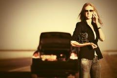 Manier bedrijfsvrouw die celtelefoon naast gebroken auto uitnodigen Royalty-vrije Stock Afbeeldingen