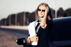 Manier bedrijfsvrouw met financiële documenten door haar auto Royalty-vrije Stock Foto