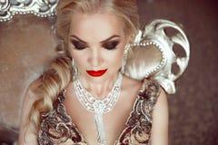Manier binnenportret van mooie sensuele blonde vrouw met ma royalty-vrije stock afbeeldingen
