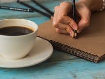 Manier blogger bij koffie die nieuw verhaal in blocnote schrijven royalty-vrije stock foto's