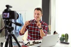 Manier blogger met glazen die video op camera registreren royalty-vrije stock afbeelding