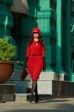 Manier Dame In Red Dress in de stad Stock Foto's