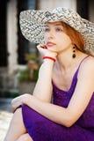 Manier die van vrouw met de zomerhoed is ontsproten Royalty-vrije Stock Fotografie