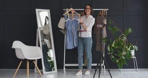 Manier die vlogger nieuwe kleding voor camera tonen stock video