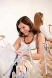 Manier die winkelt - vrouw Twee kiest verkoopkleren Royalty-vrije Stock Afbeelding