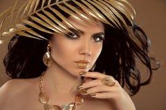 Manier donkerbruin meisje met Lang golvend haar, schoonheidsmake-up, luxe stock foto