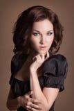 Manier donkerbruine vrouw met bruin krullend haarmeisje met perfecte huid en make-up. Schoonheids Model retro Royalty-vrije Stock Foto's