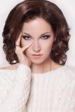 Manier donkerbruine vrouw met bruin krullend haarmeisje met perfecte huid en make-up. Schoonheids Model retro Royalty-vrije Stock Afbeeldingen