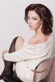 Manier donkerbruine vrouw met bruin krullend haarmeisje met perfecte huid en make-up. Schoonheids Model retro Stock Afbeeldingen