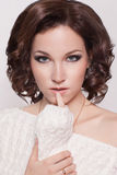 Manier donkerbruine vrouw met bruin krullend haarmeisje met perfecte huid en make-up. Schoonheids Model retro Stock Afbeelding
