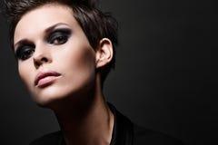 Manier donkerbruine vrouw met korte haarbesnoeiing Royalty-vrije Stock Fotografie