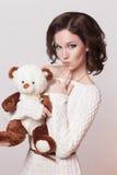 Manier donkerbruine vrouw met stuk speelgoed, bruin krullend haarmeisje met perfecte huid en make-up. Schoonheids Model retro Stock Afbeeldingen