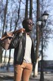 Manier elegante jonge Afrikaanse mens die een zwart leerjasje dragen Royalty-vrije Stock Afbeelding
