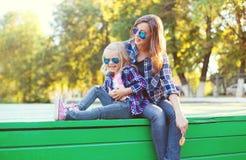 Manier gelukkige moeder en kinddochter die pret hebben royalty-vrije stock fotografie
