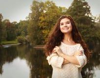 Manier gelukkige vrouw dichtbij de rivier stock afbeeldingen