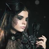 Manier het jonge vrouw zwart nam houden, Halloween-partij 2016 toe! Stock Afbeelding