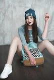 Manier hipster vrouw met rugzak in blauwe hoed Stock Foto's