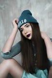 Manier hipster vrouw met rugzak in blauwe hoed Royalty-vrije Stock Afbeeldingen