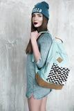 Manier hipster vrouw met rugzak in blauwe hoed Stock Fotografie