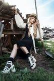 Manier jonge vrouw die modieuze kleding en strohoed dragen bij platteland De stijl van de Amishmanier stock foto's