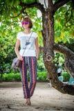 Manier jonge vrouw op het strand De handtas van de luxe snakeskin python in haar handen Zonnige dag Tropisch eiland Bali stock afbeeldingen