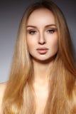 Manier lang haar Mooi blond meisje Gezonde rechte glanzende haarstijl Het model van de schoonheidsvrouw Vlot kapsel Stock Fotografie