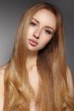 Manier lang haar Mooi blond meisje Gezonde rechte glanzende haarstijl Het model van de schoonheidsvrouw Vlot kapsel Stock Foto