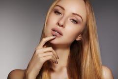 Manier lang haar Mooi blond meisje, Gezonde rechte glanzende haarstijl Het model van de schoonheidsvrouw Vlot kapsel Stock Foto's
