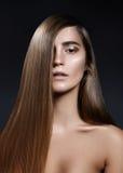 Manier lang haar Mooi meisje, Gezonde rechte glanzende haarstijl Het model van de schoonheidsvrouw Vlot salonkapsel Royalty-vrije Stock Afbeeldingen