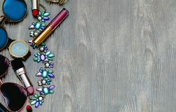 Manier Manierparfum, poeder, lippenstift en glazen op een achtergrond stock foto's
