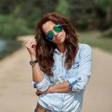 Manier modieuze jonge vrouw in zonnebril Stock Fotografie