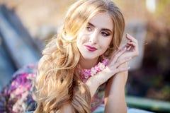 Manier mooi meisje met kapsel en juwelen in aard stock afbeelding